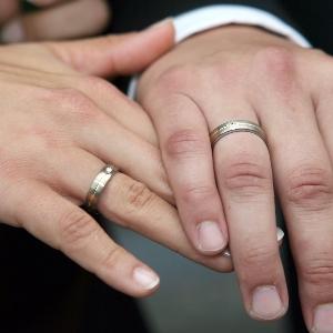 Chefarzt klagt gegen Hochzeit als Kündigungsgrund